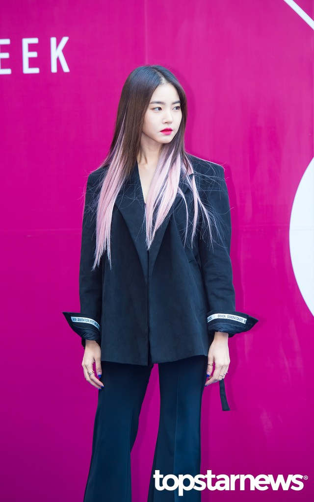 korea korean kpop idol girl group band kdrama actress hwang seung un's two tone hair pastel pink dip dye seoul fashion week hera colorful hairstyles girls women kpopstuff