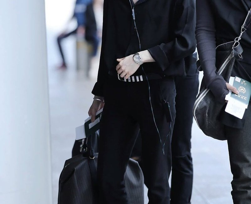 korea korean kpop idol boy band group bts bangtan yoongi bts suga's black airport fashion sandals spring weather outfits styles fashion guys boys kpopstuff