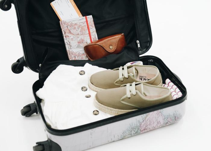 maleta para verano con vestido blanco y deportivas espartos verdes de cordones para mujer