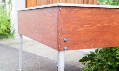 Das Hartmann-Kräuterhochbeet in Holz verkleidet