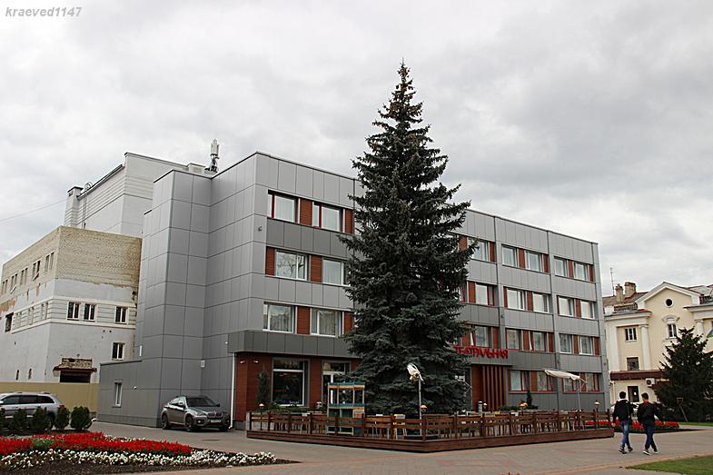 """Небольшой паркинг расположен слева от здания """"Театральной"""""""