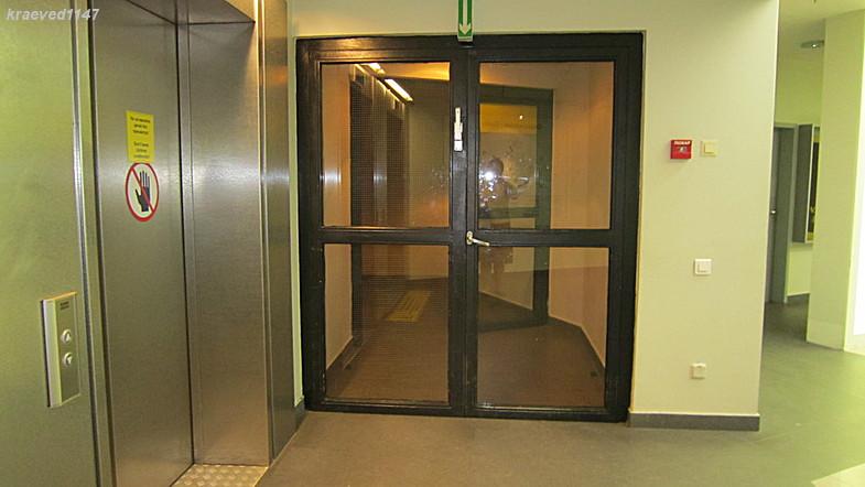 На фото слева - железная дверь лифта и стеклянная дверь, ведущая на лестницу.