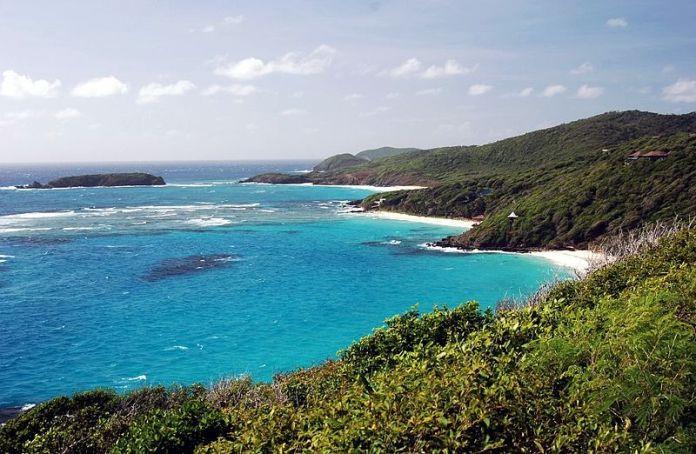 Pláže na východním pobřeží ostrova Mustique.