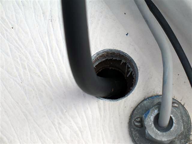 Díra vyvrtána, hadice prostrčena, ještě utáhnout a zaizolovat speciální záslepku, aby kolem hadice neteklo.