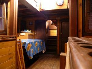 Vnitřní prostory - pohled od kuchyně k jídelně kadetů.