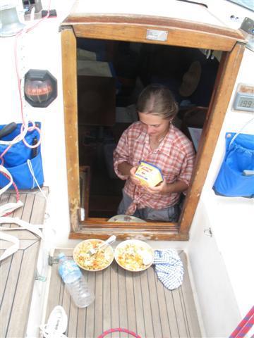 První oběd uvařený za jízdy – chleba s vajíčkem a salát.