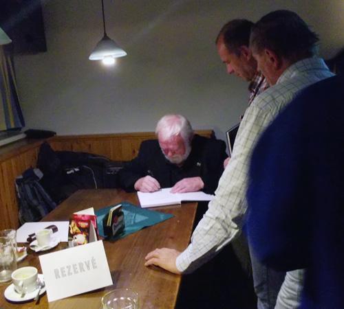 Richard Konkolski čile podepisuje svou novou knihu.