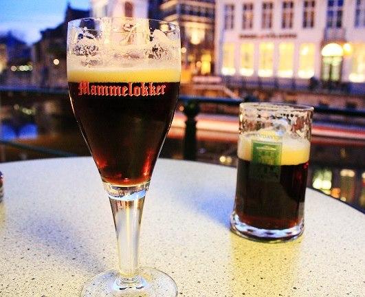 Černé pivo po večerní procházce