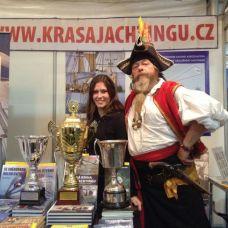 Ivoš jako pirát na našem stánku společně s poháry, které přivezla La Grace z Tall Ship Race (a to ještě ty poháry nejsou všechny).