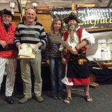 Pepa a Monika Dvorských s piráty z La Grace.