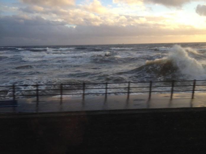 Na cestě mezi Greenockem a Largsem se vlny vrhají proti břehu, jakoby ho chtěly pohltit.