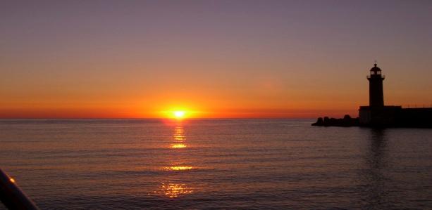Východ slunce v přístavu Bastia. Za to se vyplatí si přivstat.