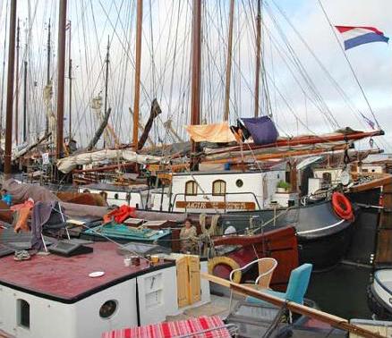V marinách bylo plno podobných lodí.