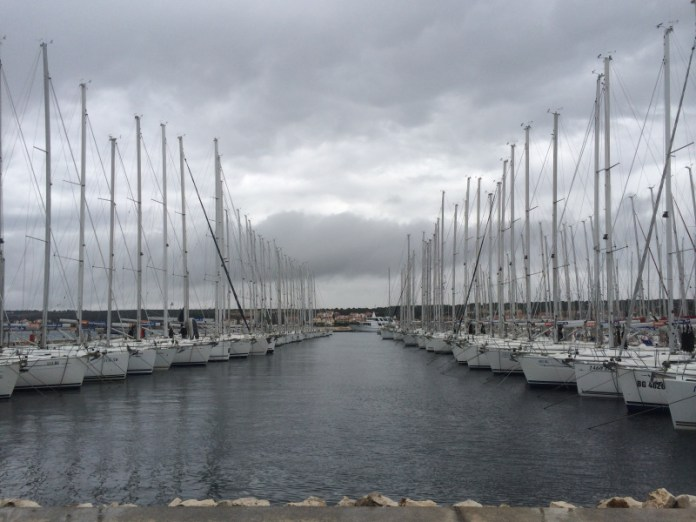 Marína v Biogradu na Moru hostí několik charterových společností najednou.