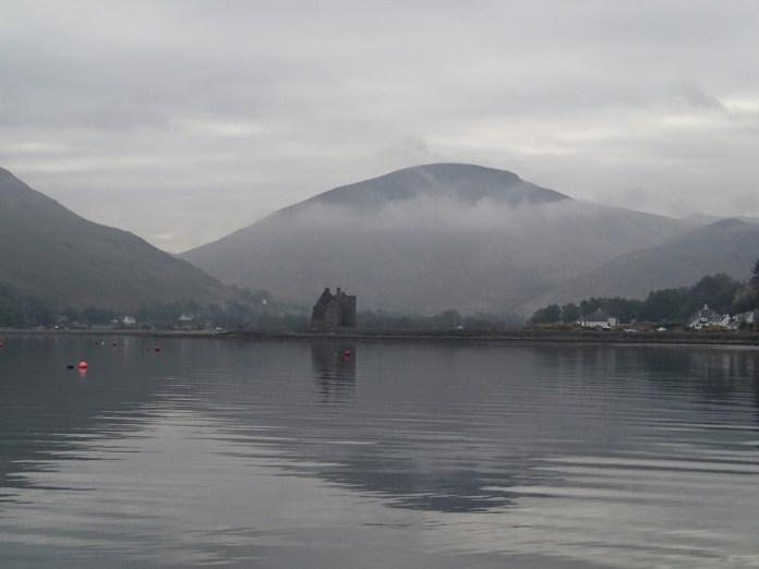Malebný Loch Ranza i se zříceninou hradu.