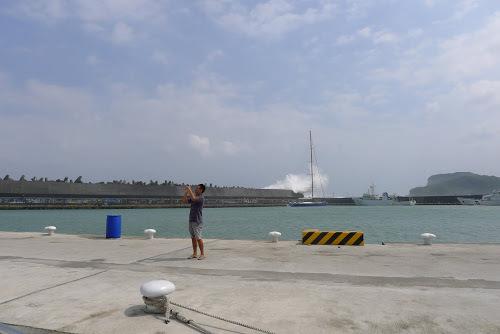 Náš kamarád Nick s vlnou v pozadí.