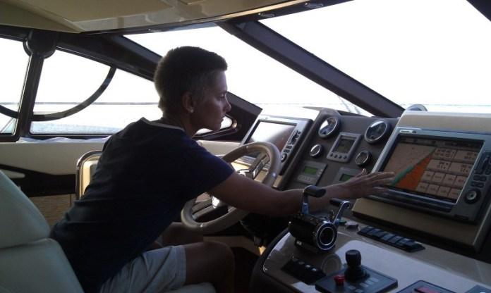Janička za volantem Azimutu.