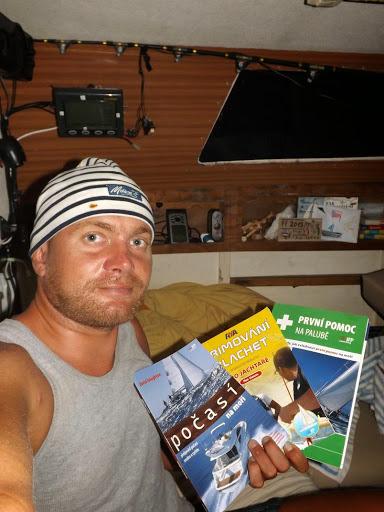Část mé knihovny a zábavy na plavbě.