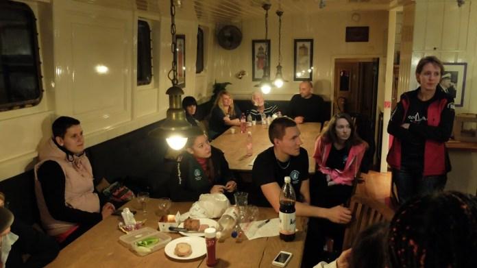 Salon na Horjusovi. Vpravo mimo záběr ještě barový pult.