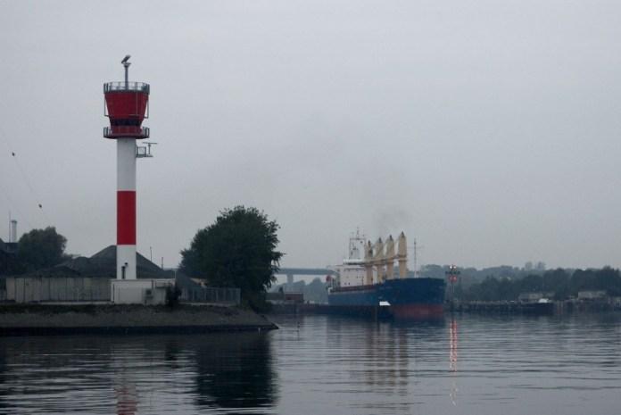 Řídící věž zdymadel Kielského kanálu v Holtenau.     Řídící věž zdymadel Kielského kanálu v Holtenau.