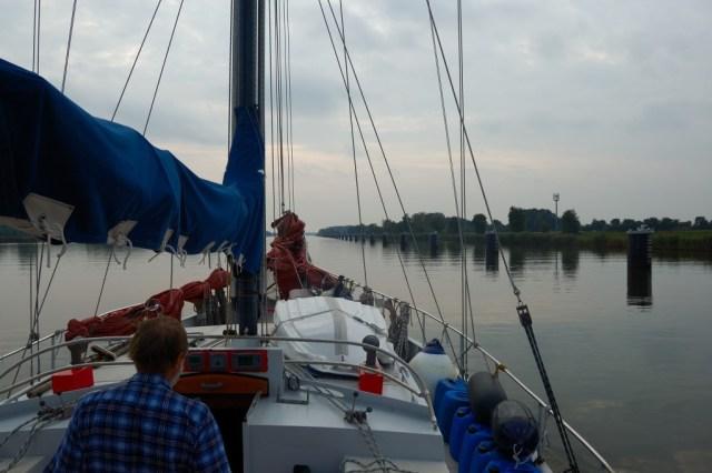 Plujeme Kielským kanálem na západ.