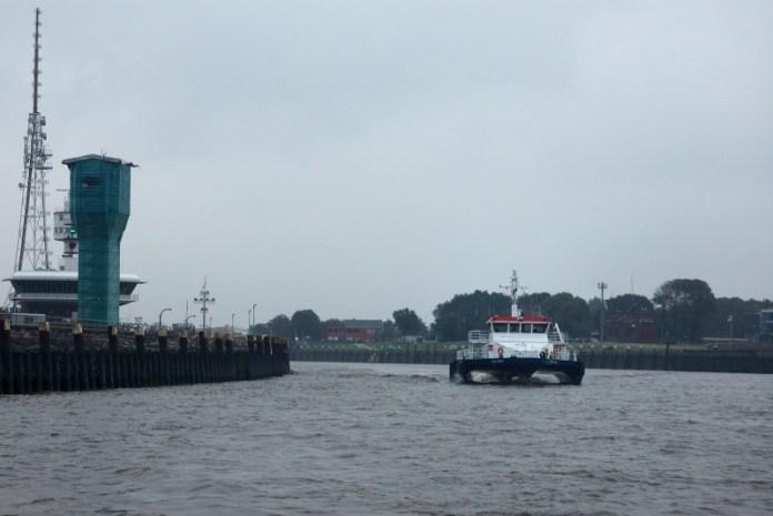 Honí nás člun lodivoda.