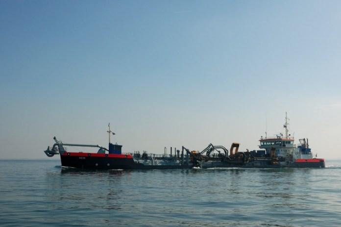 Sací bagr udržuje plavební trasy v okolí Europoortu.