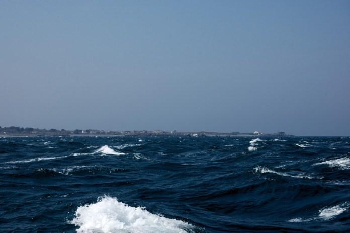 Plujeme kolem ostrova Guernsey.