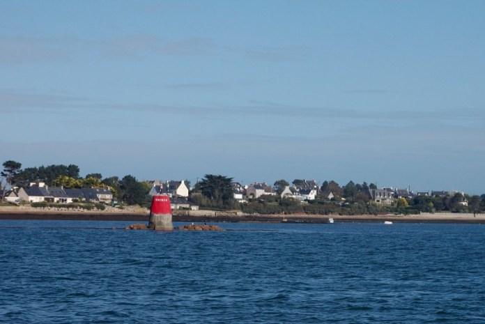 Levoboční plavební znak u vjezdu do maríny L'Aber Wrac'h.