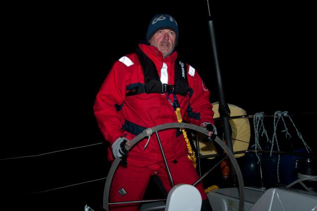 Kapitán při noční plavbě.