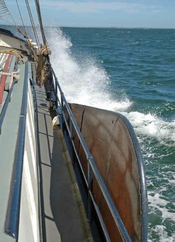 Na boku lodě jsou instalovány sklopné boční kýly