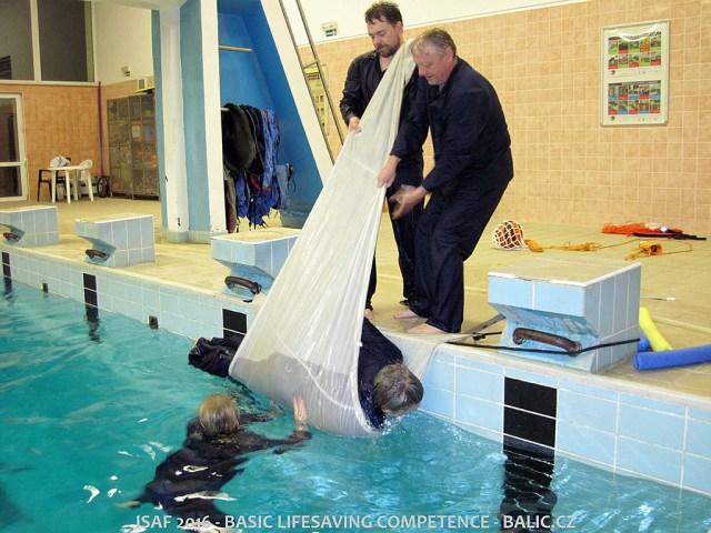 Vytahování bezvládného těla pomocí malé plachty