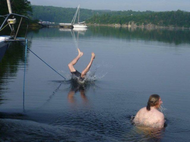Skákání z přídě do vody - každý si to jednou musí zkusit.