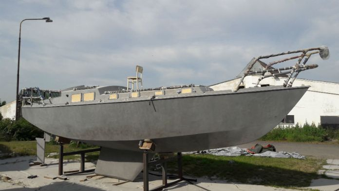 Loď opískovaná na kost. Opravdická ocelovka