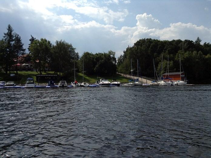 Marina u hotelu. Foto je starší, v dnešní době jsou stání plná plachetnic a motoráků. Vpravo je vidět čerpací stanice pro lodě, sjezd a návštěvní molo.