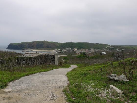 Pohled na vesničku z nedalekého kopce.