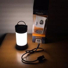 Je dodávána i s USB dobíjecím kabelem a O kroužkem