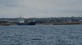 Na Korinstké straně vyplouvá z kanálu nákladní loď