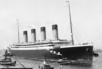 RMS Olympic připlouvající do New Yorku po své panenské cestě Wikipedie Autor: Bain News Service – Commons: Licencování Volné dílo