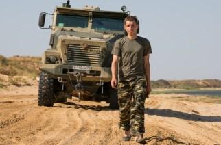 Юрий тестирует гражданские и военные грузовики автозавода «Урал». На фоне — бронированный «Тайфун-У»