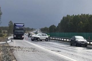 Дорожники не успевают ремонтировать барьер: машины выбрасывает в него почти каждый день