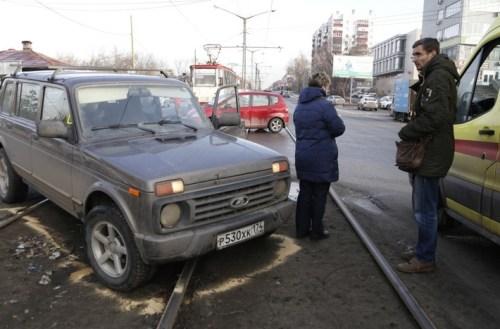 По записи и расположению «Нивы» складывается впечатление, что водитель всё же отвернул влево, а не просто потерял управление