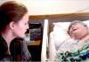 Nije znala da ju neko cijelo vrijeme snima: Baka je bila na samrti ali medicinska sestra je pokazala svoje lice...