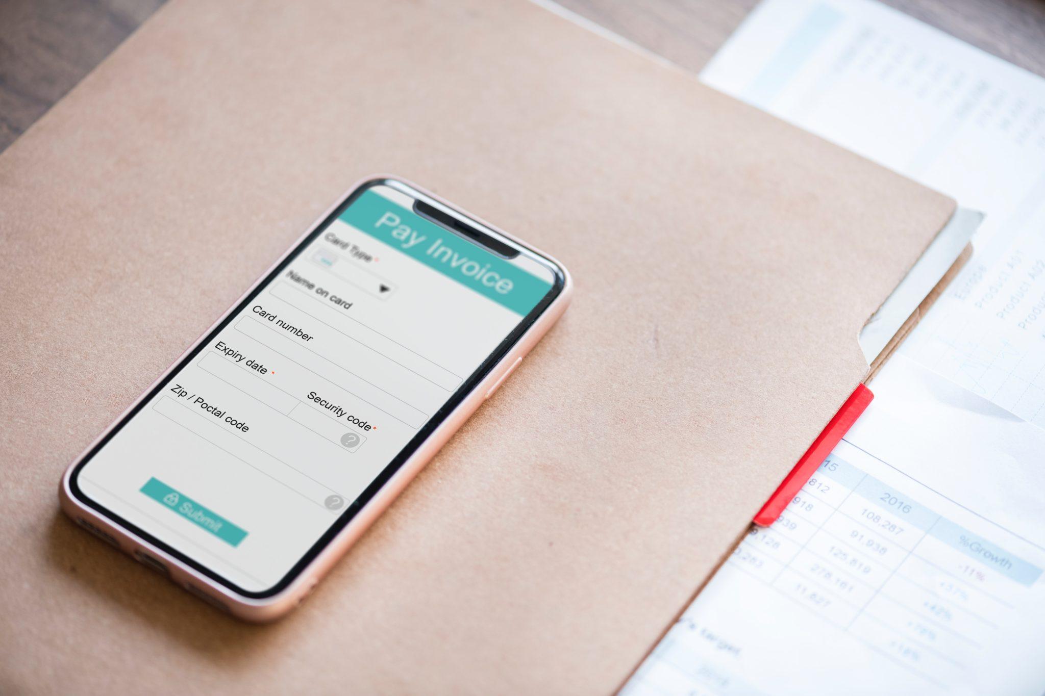 Eine Rechnungsvorlage wird auf dem Smartphone angezeigt