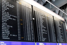 Стюардеси гонконзької авіакомпанії вибороли право носити штани