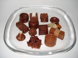 verschiedene Pralinen auf einem Glasteller
