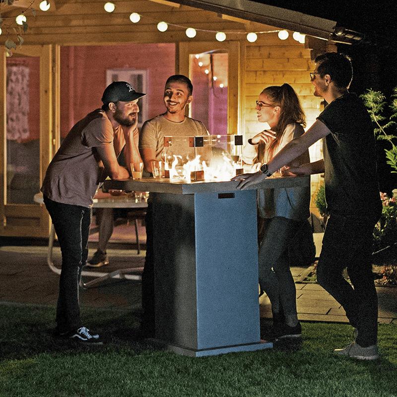 Der Tischkamin ist am Abend der Treffpunkt im Garten