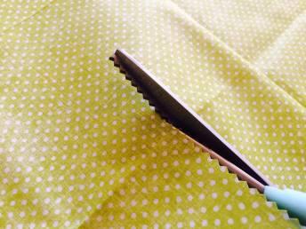 Entlovací nůžky vytváří klikatý střih, čímž se látka na okraji méně třepí