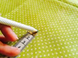 Měříme a značíme délku a u pravidelných tisků můžeme vést střih vzorem
