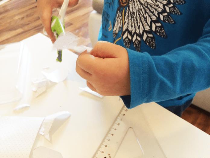 Pomocník stříhá zbytky papíru